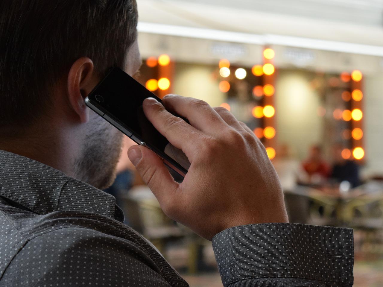 man-talking-on-the-phone-1582238_1280.jpg